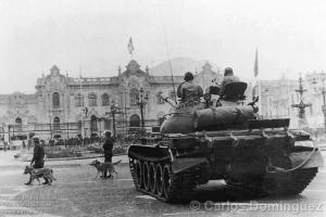 2. Tanques toman Palacio en cumplimiento del golpe que depuso al presidente Fernando Belaunde Terry