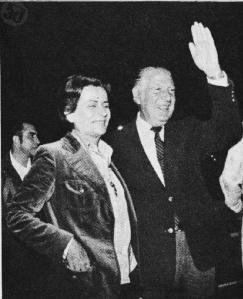 3. Belaunde Terry marchó al exilio acompañado de la que sería su esposa Violeta Correa Miller.