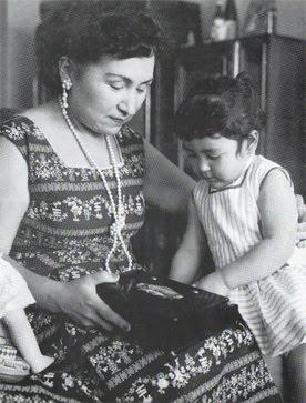 foto-3_-hilda-con-hildita-bastante-crecida-a-fines-de-1956-en-mexico_