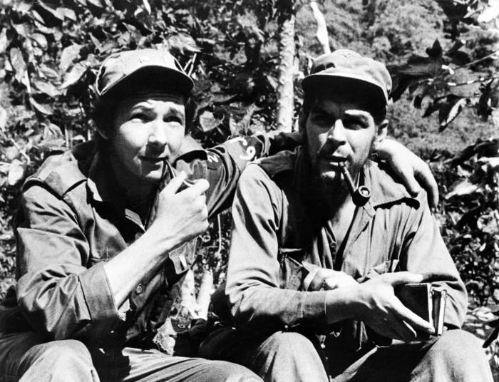 FOTO 8_ El Che con Raul Castro en la Sierra Maestro.jpeg