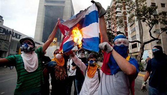 venezuela-quema-bandera-cubana-oposicion-580x330